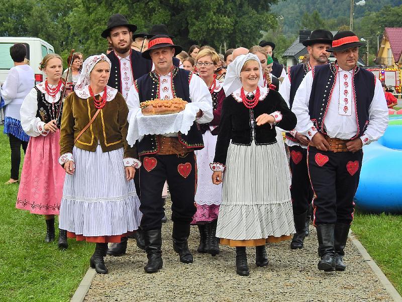 Na zdjęciu członkowie Stowarzyszenia Społeczno-Kulturalnego Pogórze z Rożnowa w trakcie dożynek