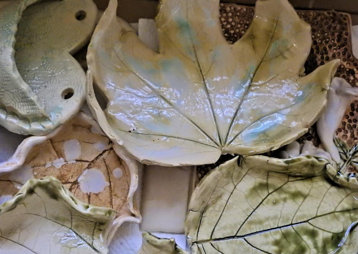 Na fotografii widać liść ceramiczny.